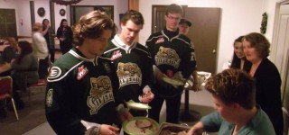 Silvertips junior hockey players visit MLT for early Thanksgiving with veterans