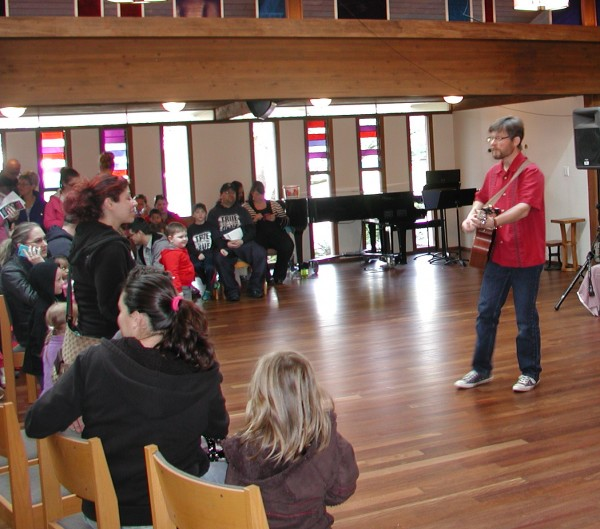 Singer and songwriter Eric Ode entertains families in the church sanctuary prior to the Edmonds Lutheran egg hunt. (Photo by Teresa Wippel)