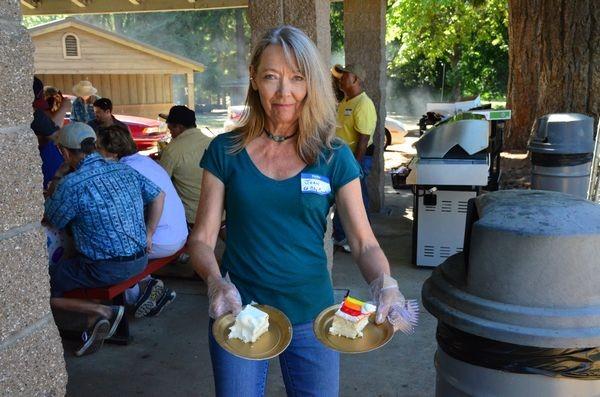 Councilmember Joan Bloom serves cake at the Volunteer Appreciation Picnic. (Photos by Larry Vogel)