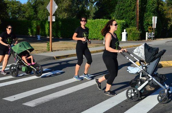 Edmonds Moms Run participants cross Caspers Street.