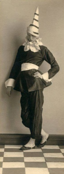 Wayne Albee (1882-1937): Portrait of dancer Caird Leslie in costume, 1917 (Gelatin silver print Courtesy of Cornish College of the Arts Archives)