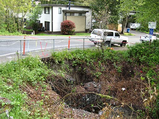 The rock wall that borders Northeast 195th Street at SR 104 in Lake Forest Park pulled away from the embankment, threatening the sidewalk. (Photo courtesy WSDOT)